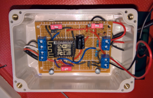 ESP8266 12e monterad i vattentät låda.