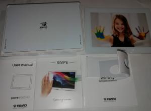 Lådan innehåller tre manualer, ett stöd samt swipe plattan