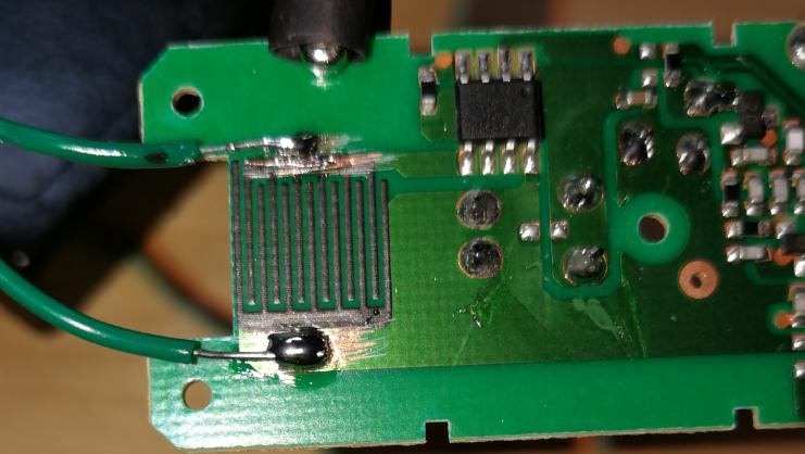 Jag lödde in två kablar som senare kopplas till en reed switch
