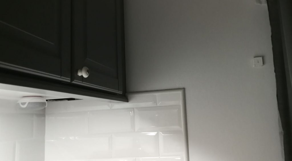 Google Home Mini och Xiaomi Aqara monterade i köket.
